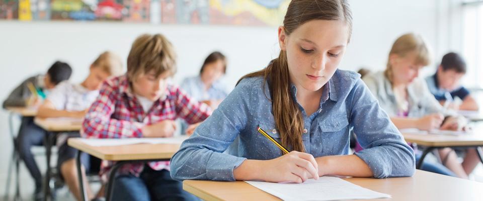 Dziewczynka pisząca test